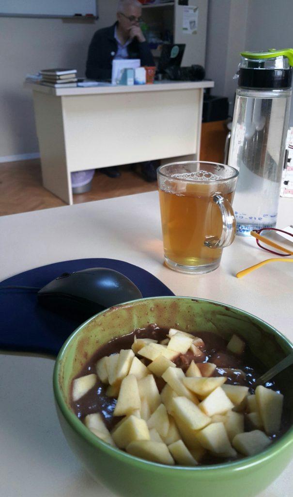 Herbalife Nutrition Formül Besleyici Öğün, az su ile puding şeklinde hazırlanır ve elma ile süslenerek servis edilir.